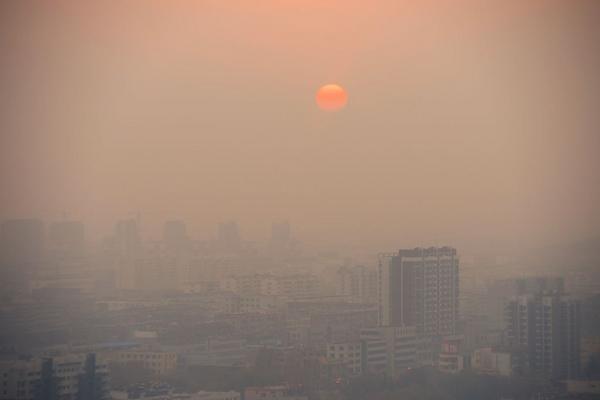 雾霾下的夕阳日落